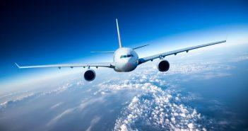 Transportvliegtuig duikt door camera